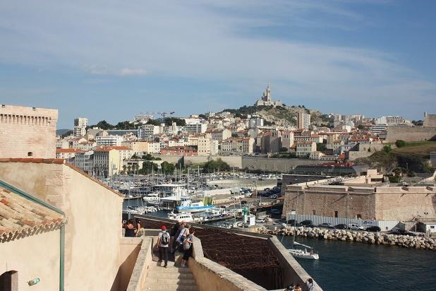 Марсель. Вид на Старый порт, форт Святого Иоанна и Базилику Нотр-Дам-де-ла-Гард